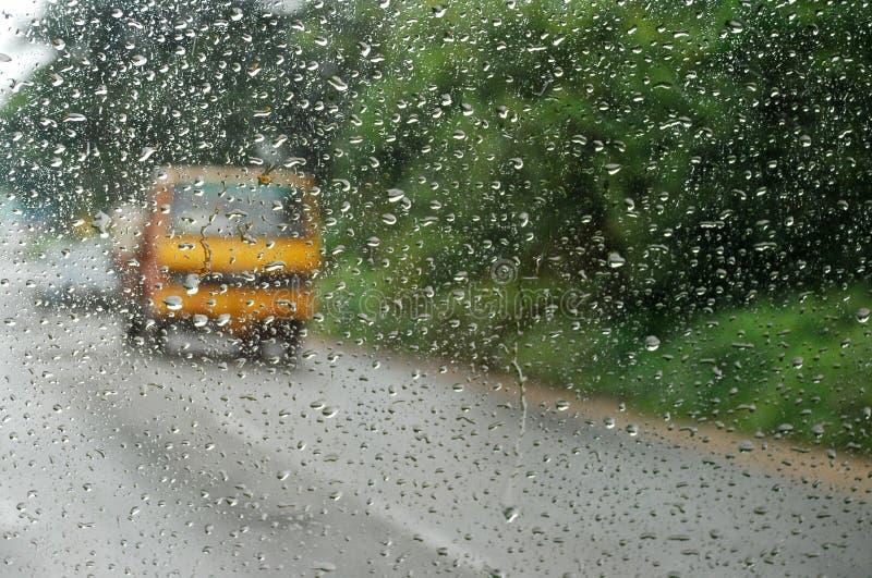 Reisen durch Regen stockbild