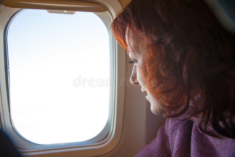 reisen Frau sitzt im Flugzeug lizenzfreies stockfoto