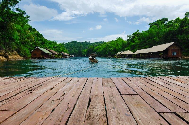 Reisen Sie mit Hausboot an Nationalpark saiyok Yai, Kanchanaburi lizenzfreie stockfotos