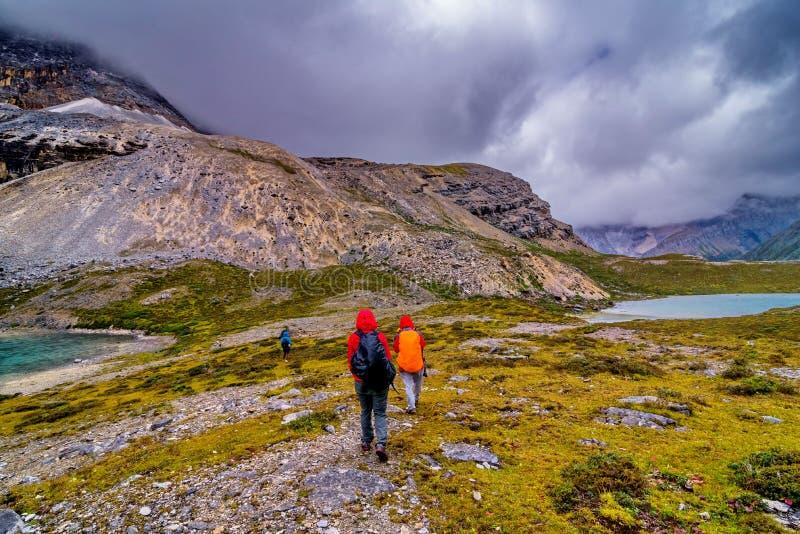 Reisen Sie mit Schneeberg und Seehintergrund beim Yading lizenzfreie stockbilder