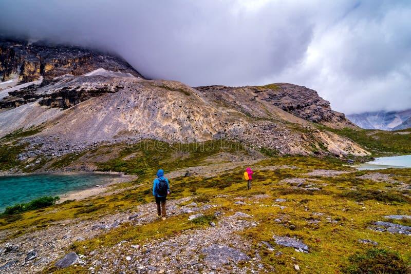 Reisen Sie mit Schneeberg und Seehintergrund beim Yading lizenzfreies stockbild
