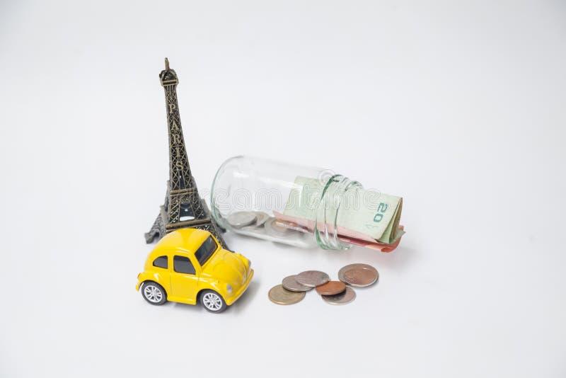 Reisen Sie zu Paris, zu Eiffelturm geformter Andenken und zu Auto geformtem Spielzeug stockfotografie