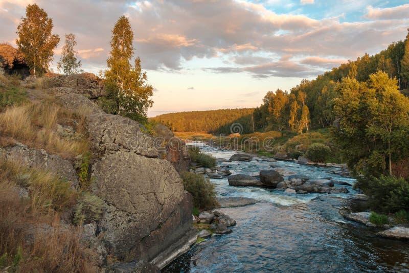 Reisen Sie zu schnellem Gebirgsfluss Russlands mit Steinbanken in den Himmelwolken, die Fluss Iset-Schwelle stockfotos