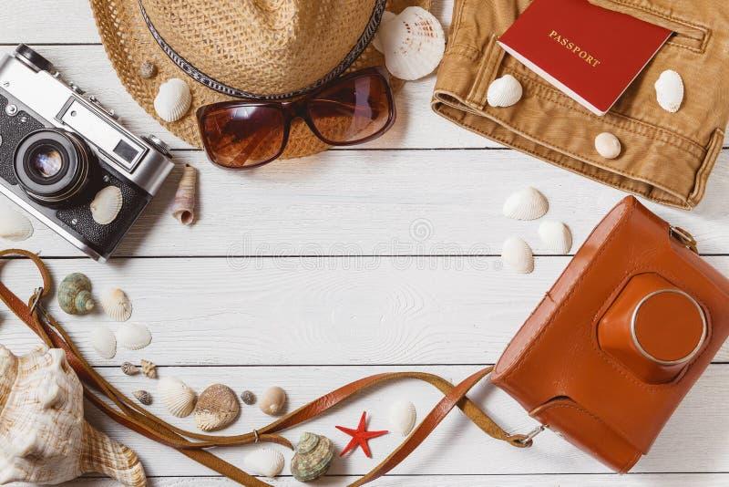 Reisend-Einzelteil-Ferien-Zubehör-Feiertags-langes Wochenenden-Material-Ausrüstungs-Hintergrund-Draufsicht-Konzept mit Copyspace lizenzfreies stockfoto