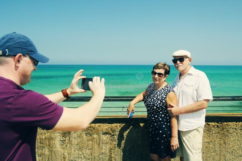 Reisende ältere Paare stockbilder