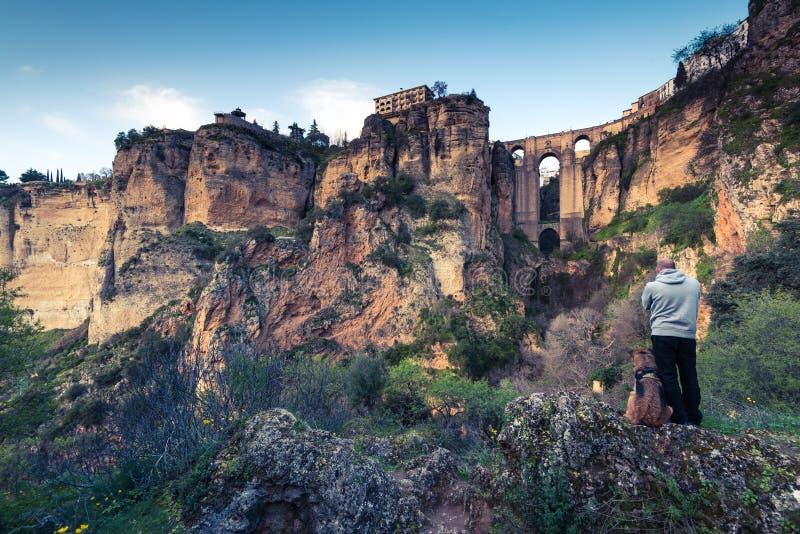 Reisende bemannen und verfolgen das Betrachten von Ronda-Stadt in Spanien stockfotografie