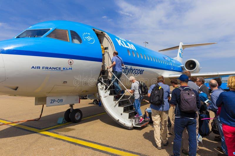 Reisende, die Air France KLM Cityhopper verschalen lizenzfreies stockbild