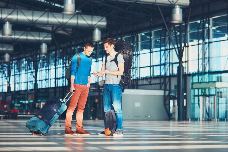 Reisende, die auf Abfahrt warten stockbild