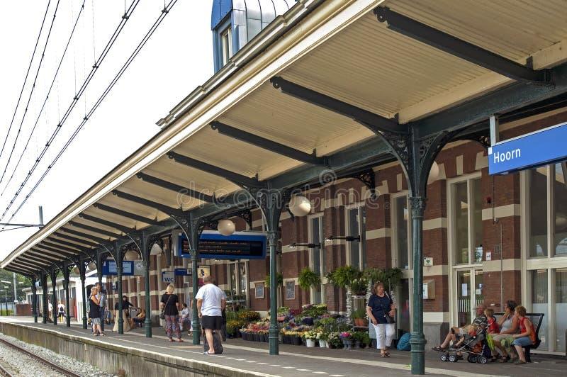 Reisende, die auf Zug im Bahnhof Hoorn warten stockfotografie