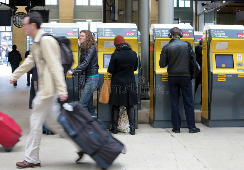 Reisende, die Bahnfahrkarten kaufen lizenzfreie stockfotos