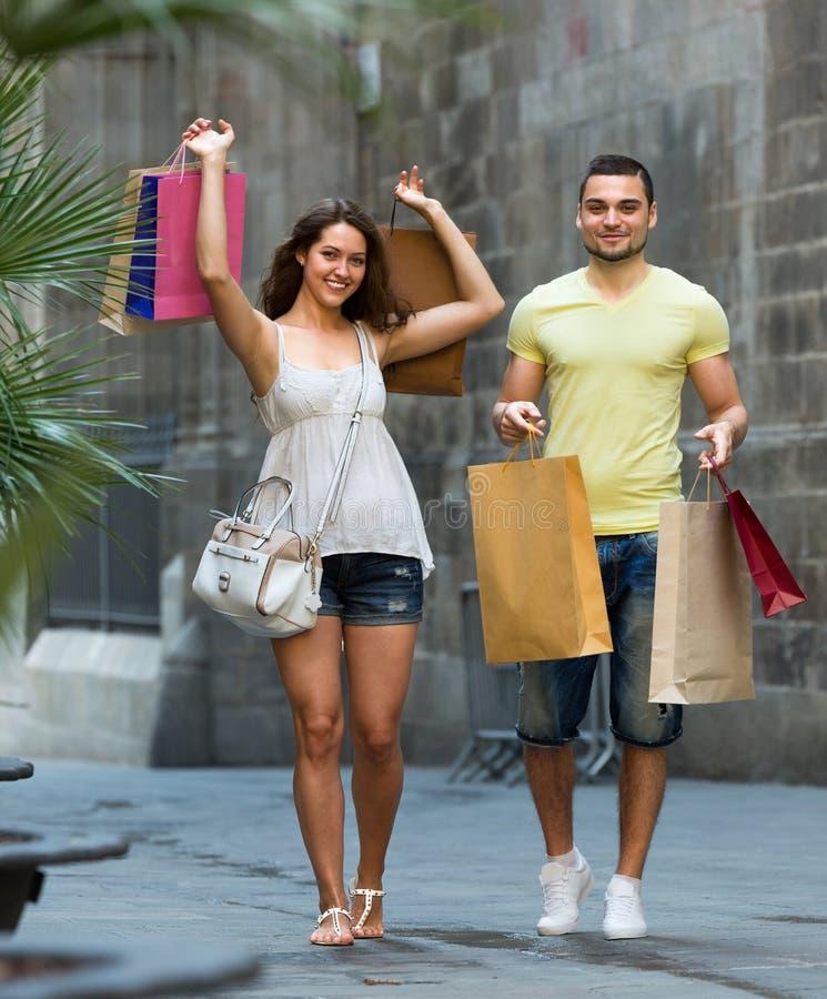 Reisende, die das Einkaufen tun stockfotografie