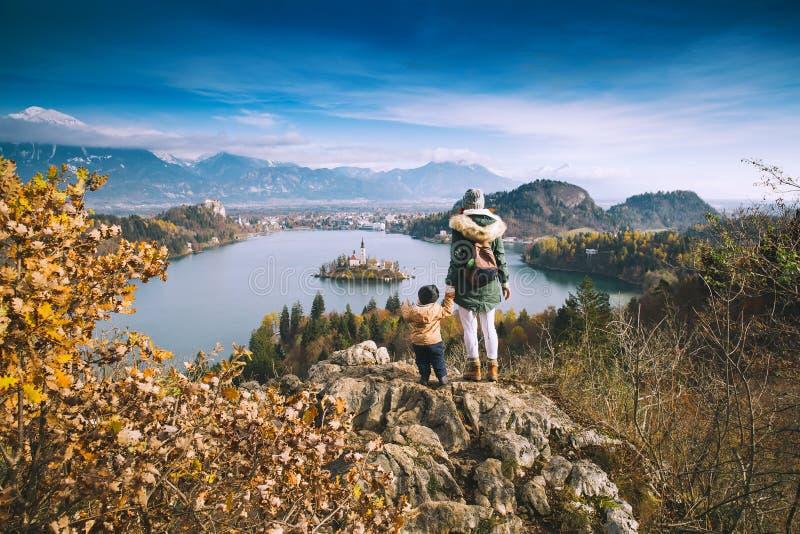 Reisende Familie, die auf Bled See, Slowenien, Europa schaut lizenzfreies stockbild