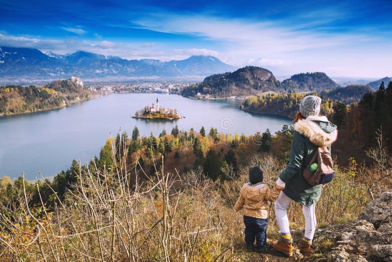 Reisende Familie, die auf Bled See, Slowenien, Europa schaut lizenzfreie stockbilder