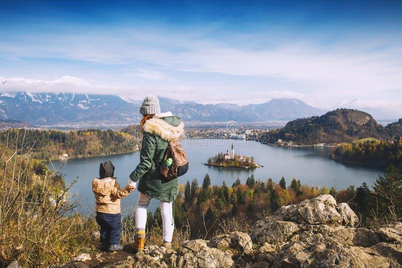 Reisende Familie, die auf Bled See, Slowenien, Europa schaut stockbilder