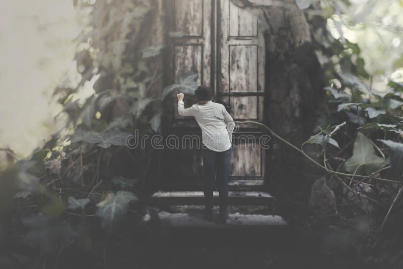Reisende Frau, die nach Schutz in einem Baumhaus in einem surrealen Wald sucht lizenzfreie stockbilder