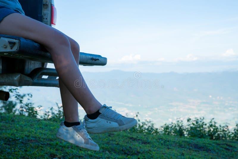 Reisende, junge Frauen, Blick auf die erstaunlichen Berge und Wälder lizenzfreie stockbilder