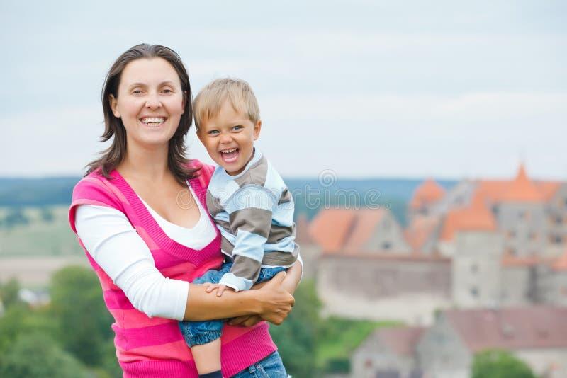 Reisende. Junge Mutter mit ihrem Sohn lizenzfreie stockbilder