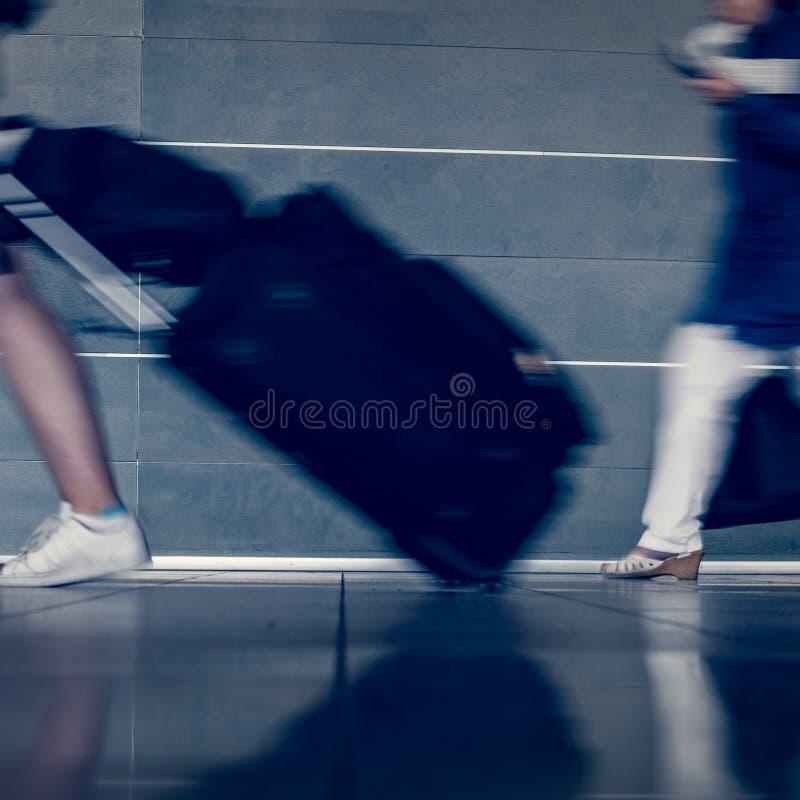 Reisende mit dem Gepäckgehen lizenzfreie stockbilder