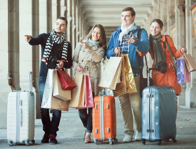 Reisende mit Einkaufstaschen auf Straße stockbilder
