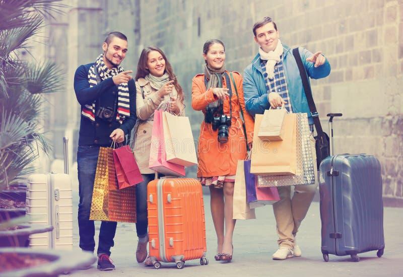 Reisende mit Einkaufstaschen auf Straße stockbild