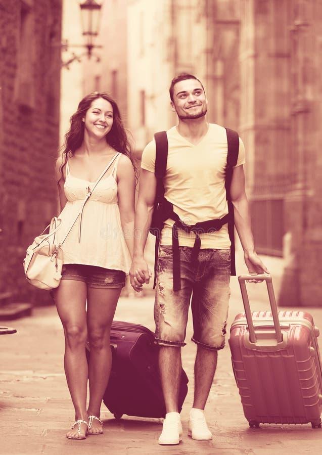 Reisende mit Gepäck in der Straße stockbild