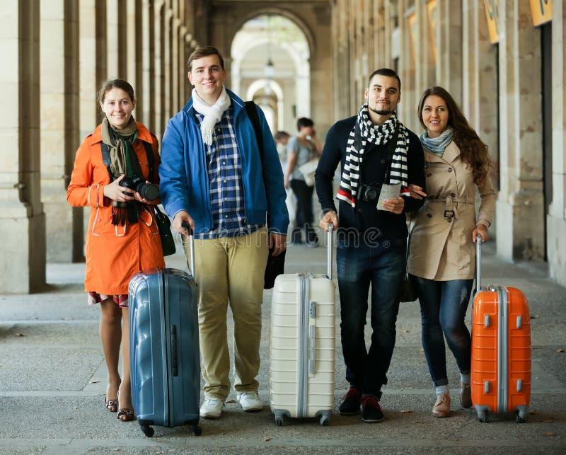Reisende mit Gepäckbesichtigung und -c$lächeln im Herbst lizenzfreies stockfoto