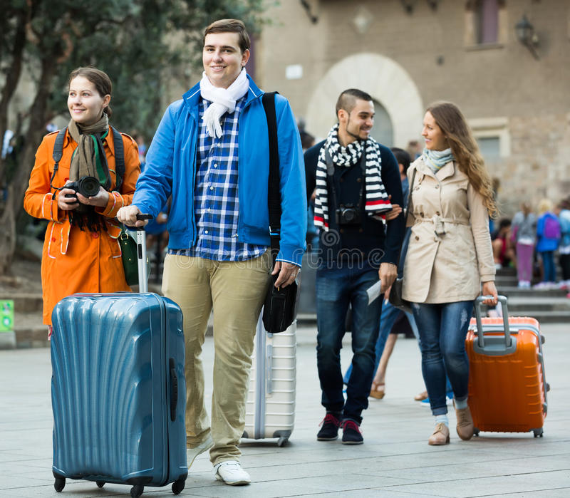 Reisende mit Gepäckbesichtigung und -c$lächeln im Herbst stockbild