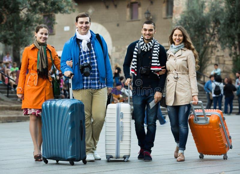 Reisende mit Gepäckbesichtigung und -c$lächeln im Herbst stockfotografie