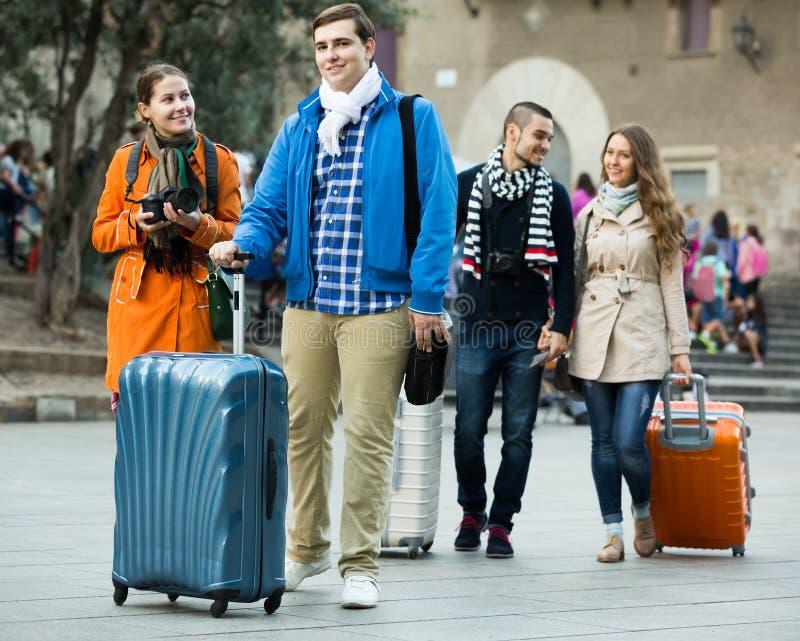 Reisende mit Gepäckbesichtigung und -c$lächeln im Herbst stockfotos