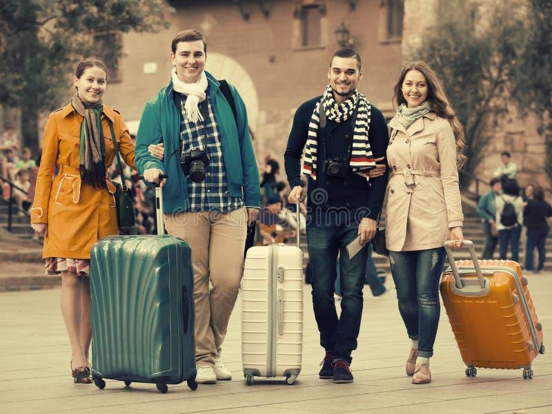Reisende mit Gepäckbesichtigung und -c$lächeln im Herbst lizenzfreie stockfotos