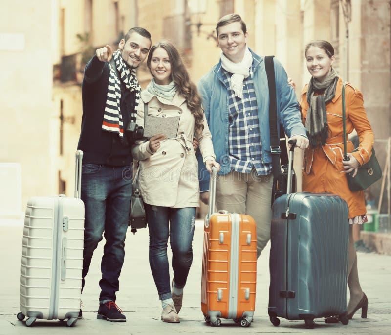 Reisende mit Gepäckbesichtigung und -c$lächeln im Herbst stockbilder
