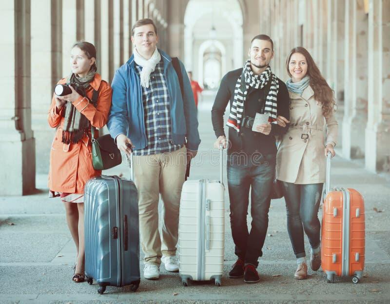 Reisende mit Gepäckbesichtigung und -c$lächeln im Herbst stockfoto