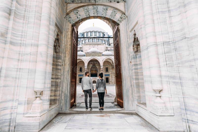 Reisende Paare nahe der Moschee Schöne Moschee in Istanbul Heiratsreise die Jungvermählten Touristen in der Türkei Follow-me Jung lizenzfreie stockfotografie