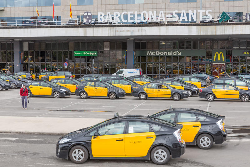 Reisende und Taxis, die vor dem Bahnhof Barcelona-Sants in Barcelona, Spanien warten lizenzfreie stockfotografie