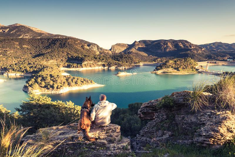 Reisende verbinden das Betrachten von See vom Hügel lizenzfreie stockbilder