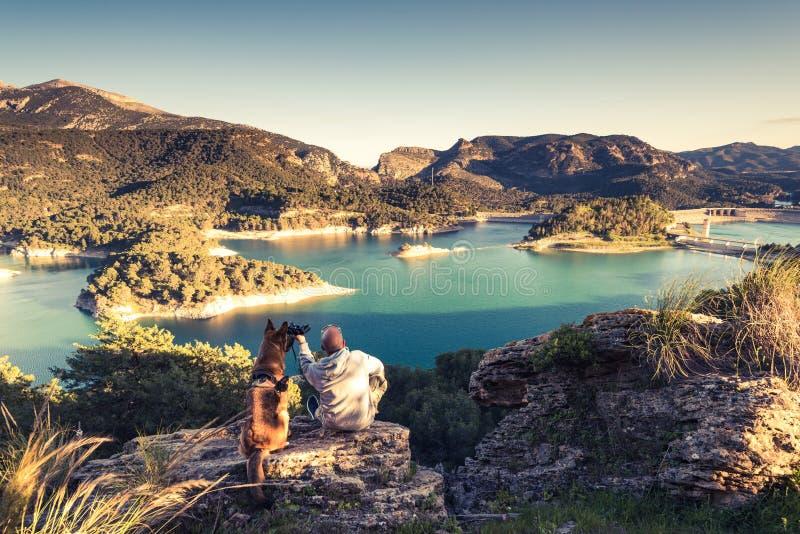 Reisende verbinden das Betrachten von See vom Hügel stockfotografie