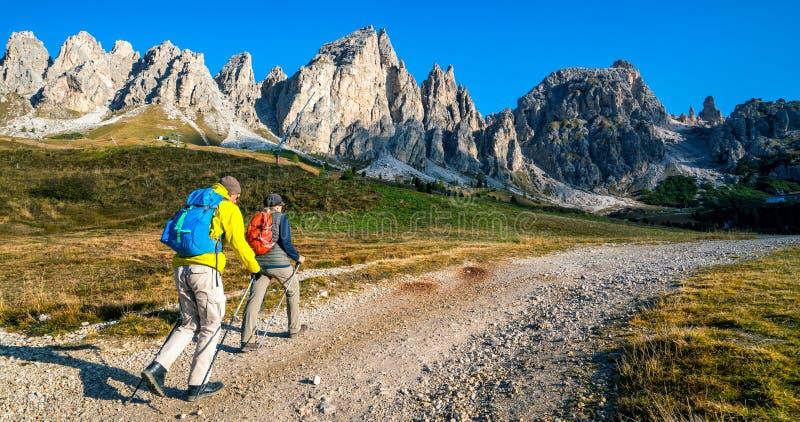 Reisende wandern atemberaubende Landschaft von Dolomit stockfotografie