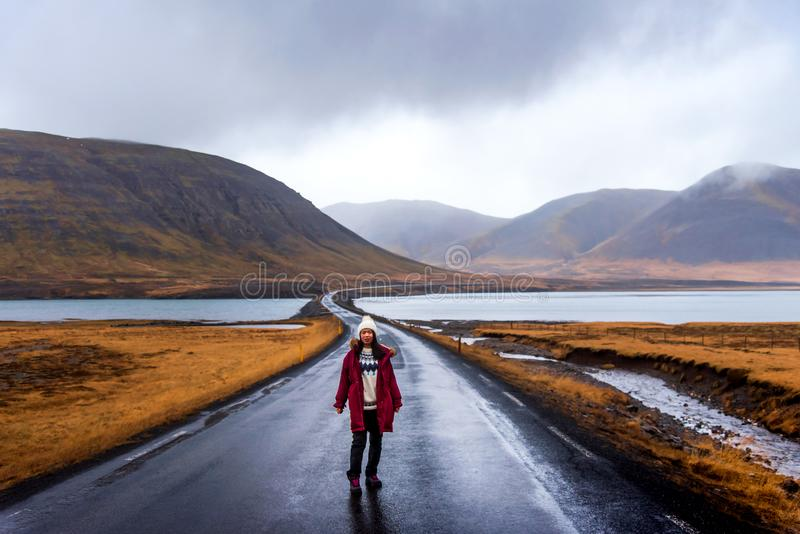 Reisender auf isländischer Straße in Snaefellsnes-Halbinsel von Island lizenzfreie stockfotografie