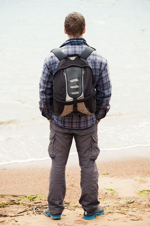 Reisender auf jungem erwachsenem Mann der Seeküste stockbilder