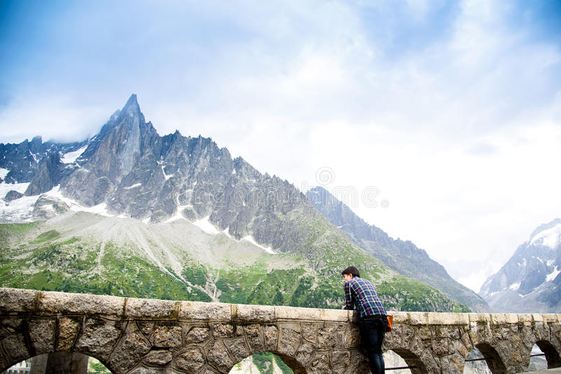 Reisender bei Mer de Glace Mont Blanc lizenzfreies stockfoto