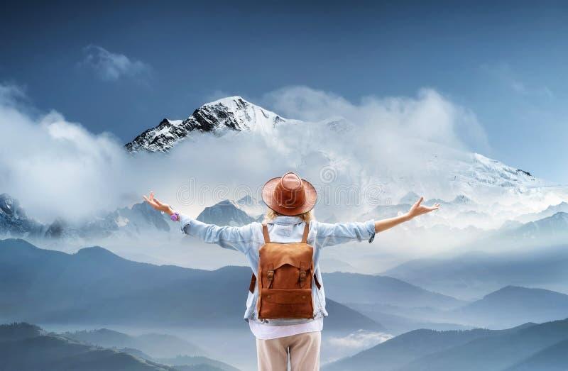 Reisender an den Bergen gestalten Reise- und Berufslebenkonzept landschaftlich Abenteuer und Reise in der Gebirgsregion lizenzfreie stockfotos