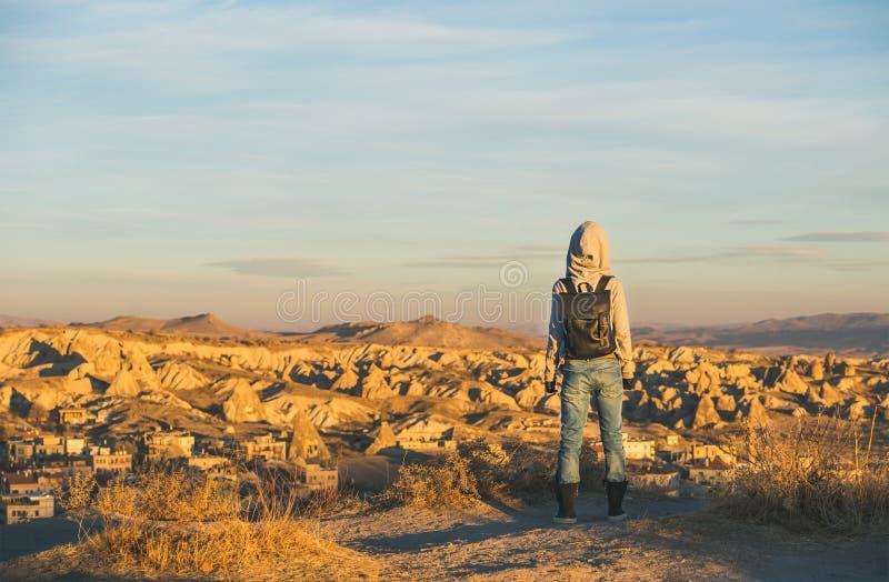 Reisender der jungen Frau in aufpassendem Sonnenaufgang des Hoodie, Cappadocia, die Mittel-Türkei stockbild