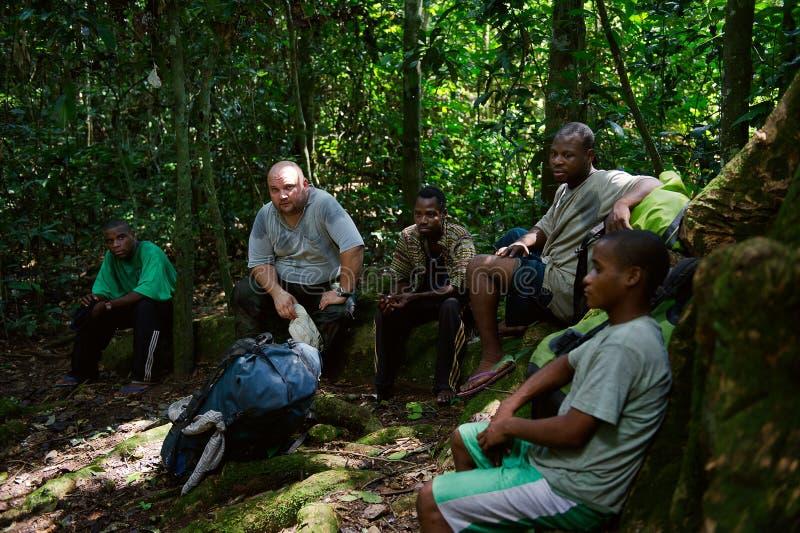 Reisender in der Kongo-Dschungel lizenzfreie stockfotos