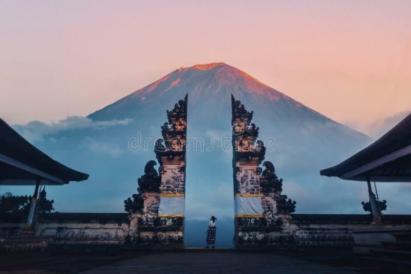 Reisender, der am Tor des Pura Lempuyang Temple alias Gates of Heaven Bali, Indonesien stockfotos
