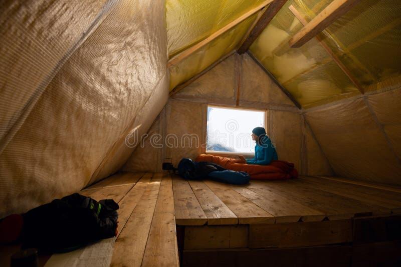 Reisender, Frau steht in der alten Gebirgshütte still stockfotos