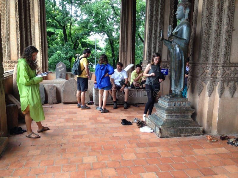 Reisender im Tempel des Laos lizenzfreies stockfoto