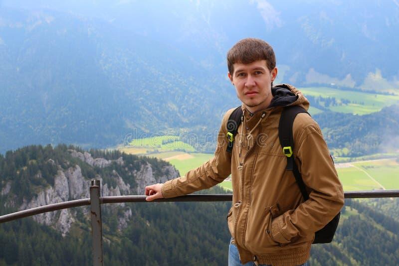 Reisender Mann auf dem Hintergrund von Bergen lizenzfreie stockfotos