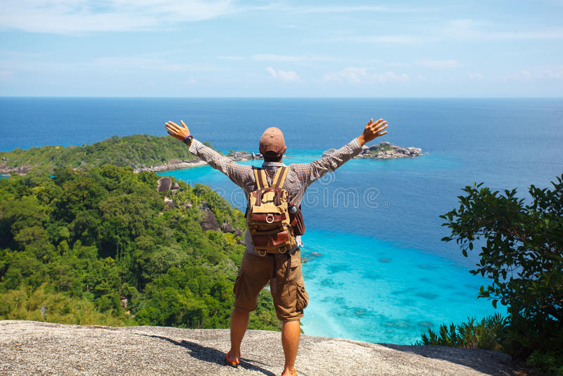 Reisender mit dem Rucksack, der auf den Felsen steht lizenzfreies stockfoto
