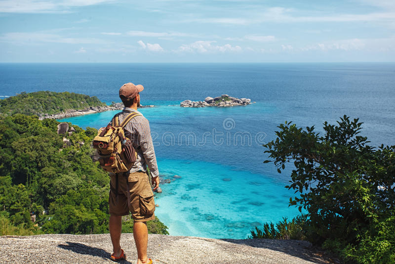 Reisender mit dem Rucksack, der auf den Felsen steht stockfotos