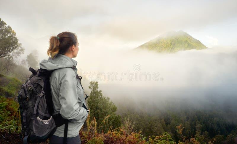 Reisender mit Rucksack auf einen Berg die Ansicht genießend volcan lizenzfreie stockfotografie